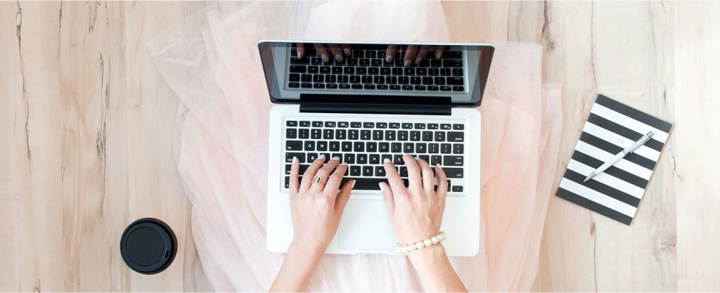 Frau mit Laptop_Gehaltsverhandlung Frauen Tipps